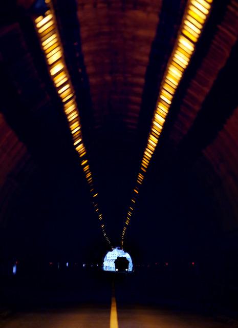 三国トンネルの新潟側から群馬側をのぞく。広くはない車道を、トラックが慎重に進んできた=新潟・群馬県境