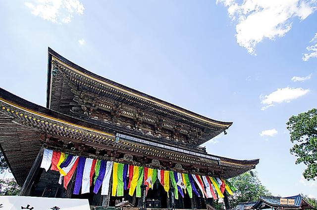 「蓮華会(れんげえ)」のため、幕で彩られる本堂=久保田狐庵撮影