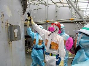 汚染水タンクを視察する泉田裕彦知事(中央)ら=東京電力福島第一原発、県提供