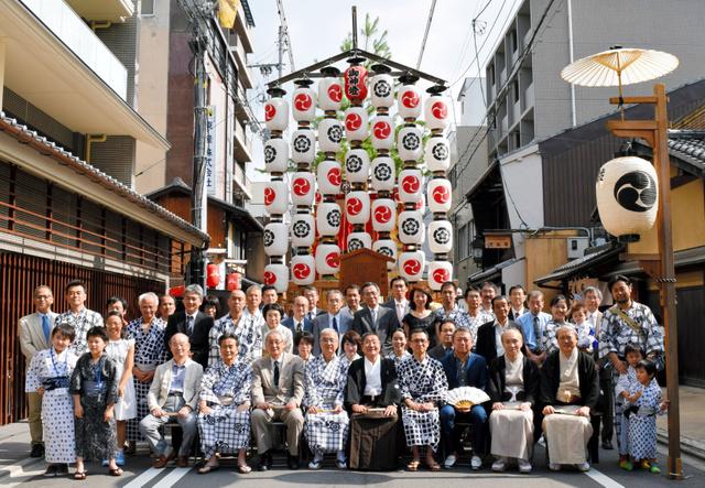 新町通に立った八幡山の前で、紋付き袴(はかま)やおそろいの浴衣でおはらいを受けた住民らが恒例の記念撮影=中京区三条町