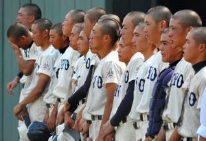 試合に敗れ、ベンチ前に整列する東洋大姫路の選手たち=姫路