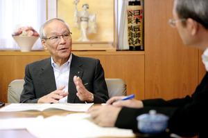 アピタル編集長のインタビューに答える日本医師会の横倉義武会長=山本和生撮影