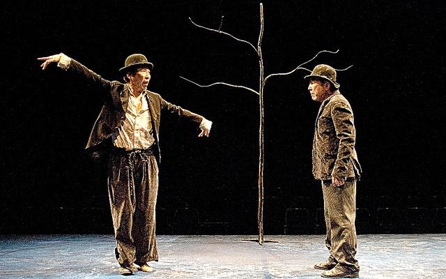 2011年新国立劇場公演、サミュエル・ベケット作「ゴドーを待ちながら」。左から石倉三郎、橋爪功=谷古宇正彦氏撮影、新国立劇場提供