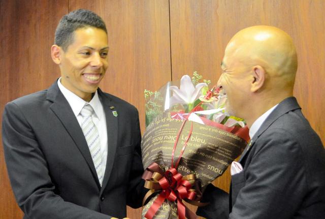 少年時代を過ごした足利市を訪れた杉町マハウ選手(左)。和泉聡市長に花束を贈られ激励を受けた=足利市役所