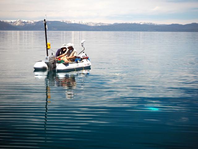 2016年6月、タホ湖で潜水実験を行うOpenROVの調査員=Handout via The New York Times/(C)2016 The New York Times