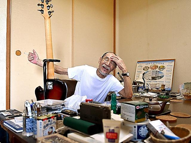 自宅でくつろぐ井上堯之。過去の音楽活動にまつわる品はほとんど残していない=6月27日、東京都内