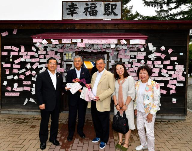 「幸福駅」を訪れた台湾新竹県の視察メンバーら=帯広市