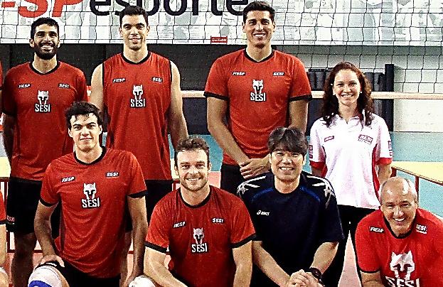 留学先のブラジルのクラブ「SESI」の選手と荻野正二さん(前列右から2人目)=荻野さん提供
