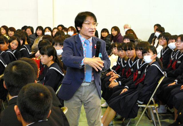 LINEにも触れながら、中学生にいじめをなくす方策などを話す尾木直樹さん=2015年12月、茨城県日立市