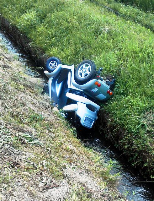 死亡した女性が乗っていたハンドル型電動車いす。左側の農道から転落したとみられる=11日、新潟県上越市、横田彰さん撮影