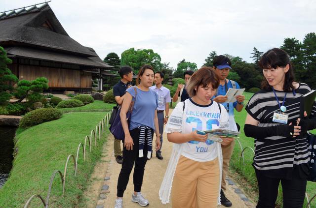 岡山市の観光地「後楽園」を12日に取材するタイ人のブロガーら。日本の魅力を発信してもらおうと、五輪開催地の東京都が中心に企画した