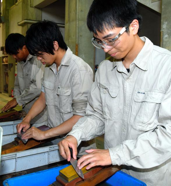 包丁研ぎを練習する生徒=堺市堺区