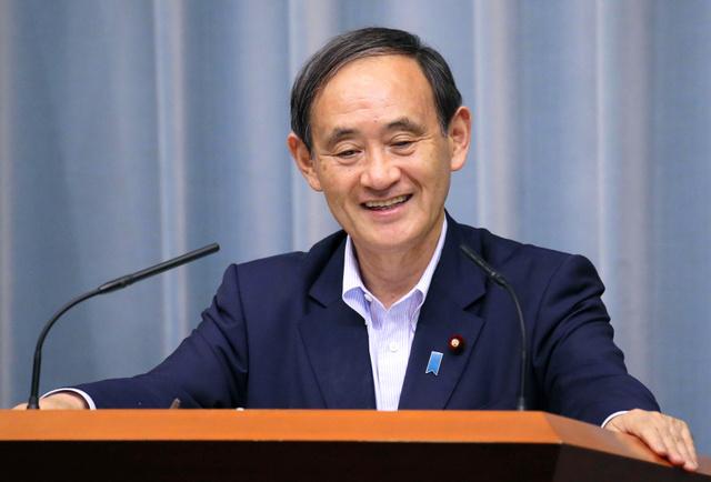 記者会見で「ポケモンGO」に関する質問を受け笑顔を見せる菅義偉官房長官=22日午後4時32分、首相官邸、飯塚晋一撮影