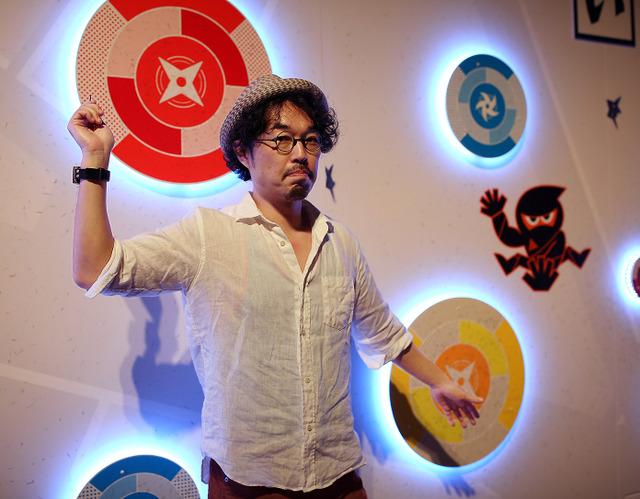 「体」ステージで手裏剣打ちのポーズを決める和田竜さん。音と光を使った的中演出がある=いずれも飯塚悟撮影