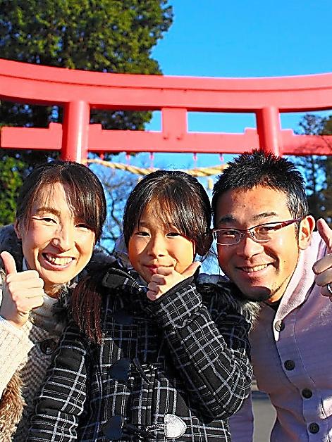 今年1月の初もうで。夫の周平さん(右)と娘の優苗さん(中央)と=本人提供