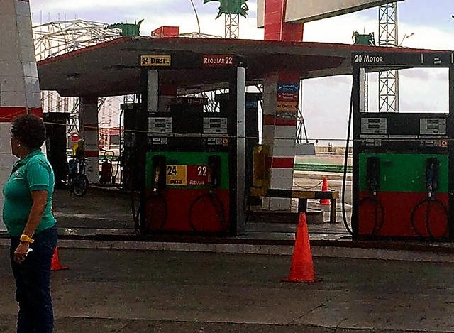 経済危機でガソリンが不足し、自動車が入らないようにロープが張られたガソリンスタンド=ハバナ