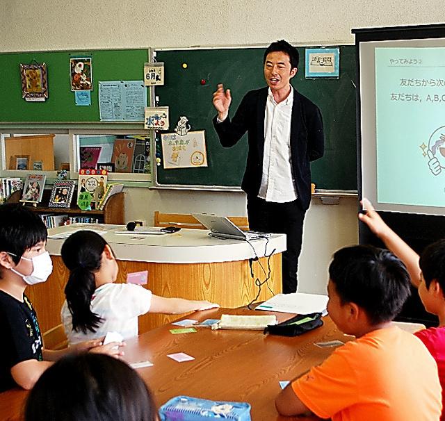 小学生にLINEでコミュニケーションする際の注意点を教える浅子秀樹=6月、東京都中野区