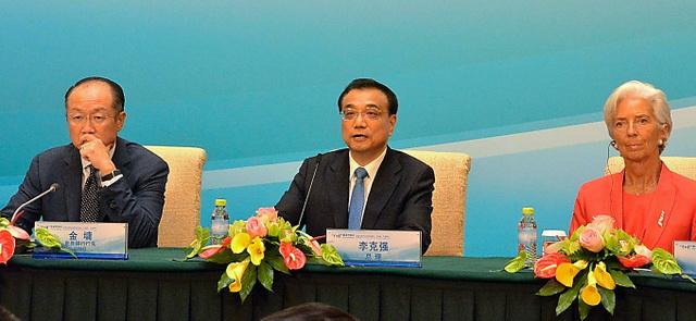世界銀行のキム総裁(左)、国際通貨基金(IMF)のラガルド専務理事(右)らと記者会見する中国の李克強首相=22日、北京市内