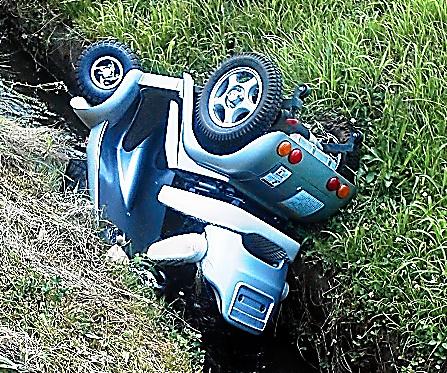 死亡した女性が乗っていたハンドル型電動車いす=11日、新潟県上越市、横田彰さん撮影