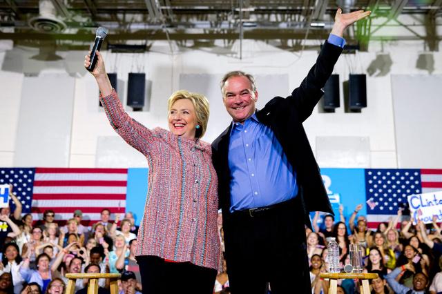 7月14日、バージニア州での集会で並んで手を振るクリントン氏とケーン氏=AP