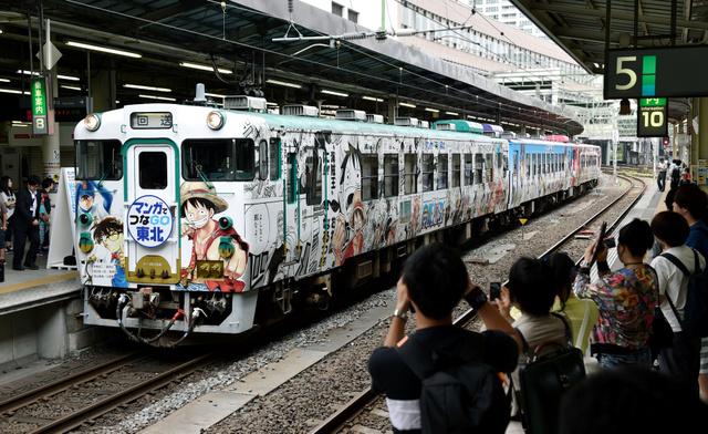 JR仙台駅のホームに入線する「コミックトレイン」。先頭と最後尾にはそれぞれオリジナルのヘッドマークがついている=23日…