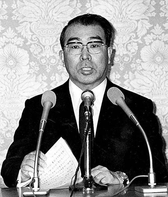 昭和天皇の逝去を発表する宮内庁長官(当時)の藤森昭一さん=1989年1月、宮内庁