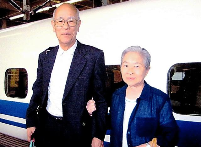 2005年8月、広島を訪れた居森清子さん(右)と夫の公照さん。被爆証言活動はいつも夫婦一緒の二人三脚だった