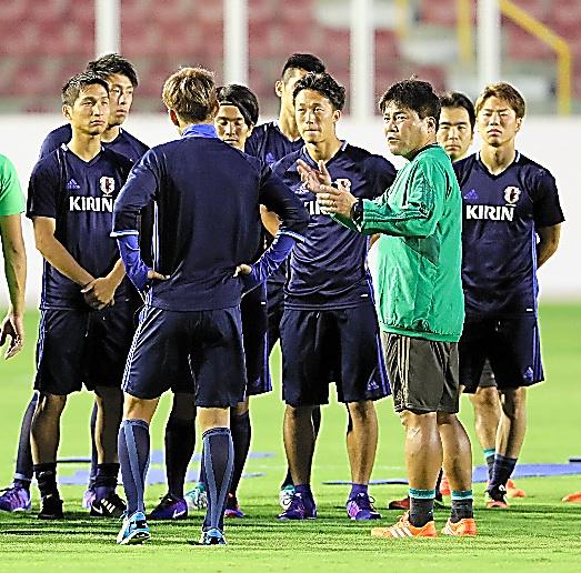 選手たちに指示を出す日本代表の手倉森監督(手前右)=長島一浩撮影