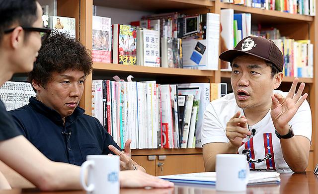 「BOOKSTAND.TV」の収録でメルマガの執筆陣と語る水道橋博士(右端)=東京・銀座、飯塚悟撮影