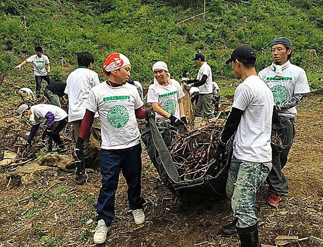 宮城県内でボランティア活動に取り組む参加者ら=15年、主催者提供