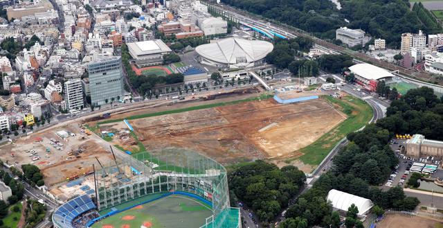 南東側から見た新国立競技場の予定地=今年7月19日、東京都新宿区、朝日新聞社ヘリから、嶋田達也撮影