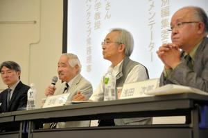 シンポジウムで発言する岸井成格さん(左から2人目)ら=東京都千代田区の専修大学