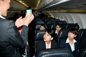 CA志望、空の上で就活準備? 飛行中の機内で授業