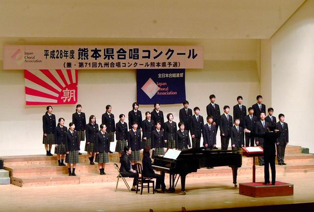 金賞に輝いた水俣高校の合唱=福岡県大牟田市の大牟田文化会館