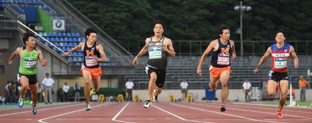 男子100メートルで優勝した山県亮太(中央)=諫山卓弥撮影