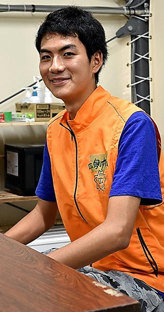 磯野嵩徳さんも短冊に書いた。「みんなとの出逢(であ)いが永遠に続きますように」=益城町