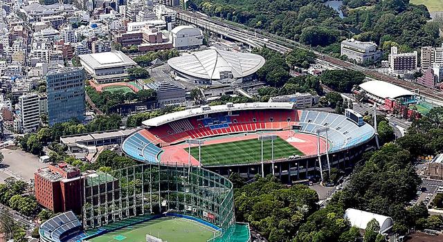 南東側から見た旧国立競技場=2014年5月