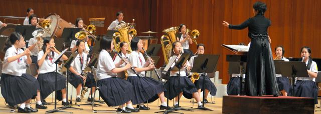 演奏する鹿島市立西部中学校=佐賀市文化会館