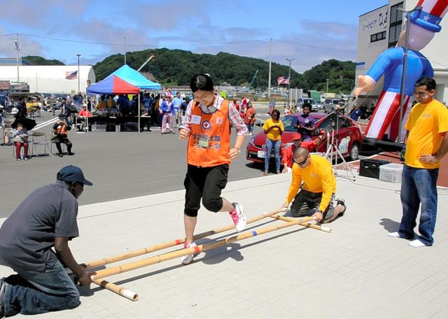 米海軍ボランティアらがハンバーガーのふるまいやダンス、ゲームなどで地元の人たちと交流した=岩手県宮古市の道の駅「シートピアなあど」
