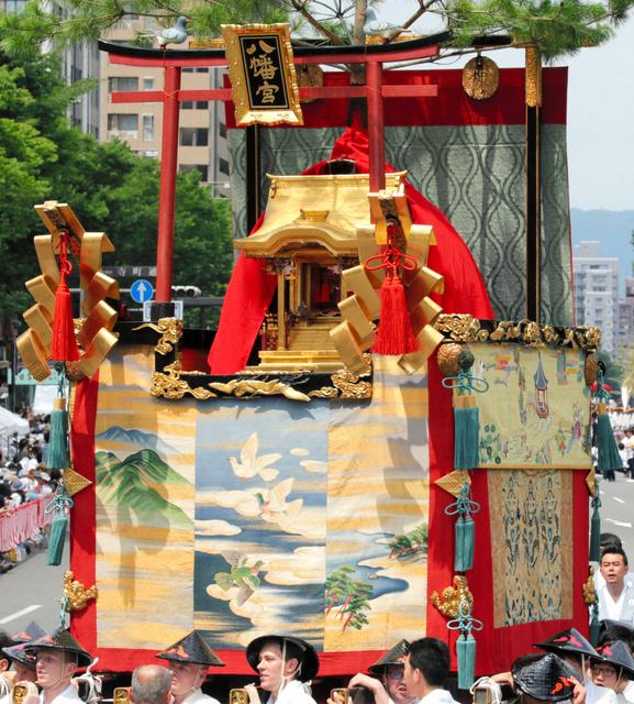 記者が行司を務めた八幡山も、晴れやかに巡行した=中京区
