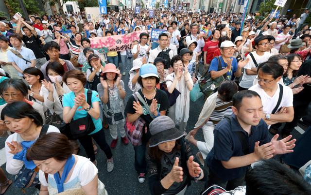 都知事選候補者の演説に拍手を送る支持者ら=24日午後、東京都内、岩下毅撮影
