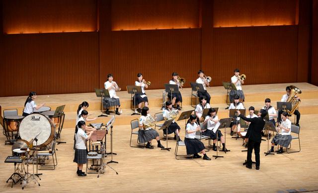 玖珠美山高校の演奏=大分市のiichiko総合文化センター