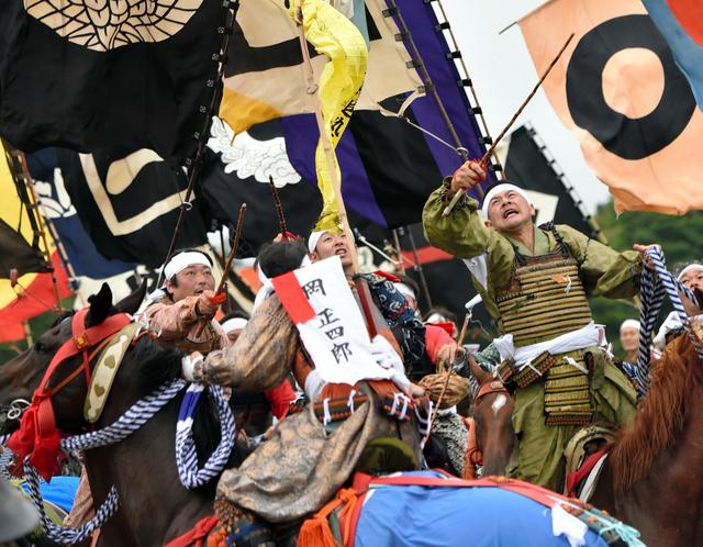 打ち上げられた旗を奪い合う神旗争奪戦で、騎馬武者たちが落下地点で競い合った=24日午後、福島県南相馬市、福留庸友撮影