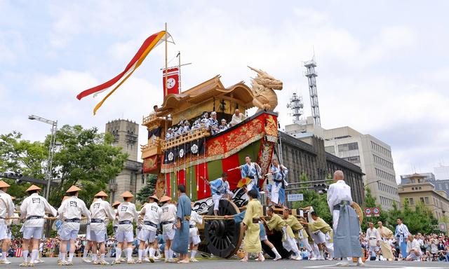 河原町御池で辻回しをする大船鉾=24日午前、京都市中京区、高橋一徳撮影