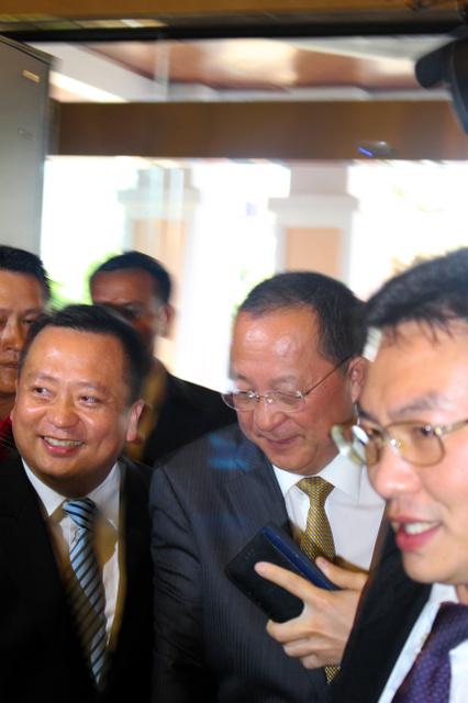 24日午後、ビエンチャンのホテルに到着した李容浩北朝鮮外相(中央)。報道陣の問いかけに終始無言だった=李聖鎮(イソンジン)撮影