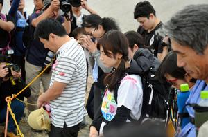 """2014年9月の噴火と同時刻、午前11時52分に御嶽山の山頂に向かい黙<Asajikai sjis=""""祷"""">禱</Asajikai>(もくとう)を捧げる遺族ら=9合目、二ノ池付近"""