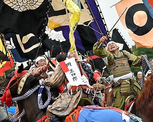 打ち上げられた旗を奪い合う神旗争奪戦で、騎馬武者たちが落下地点で競い合った=24日午後、福島県南相馬市