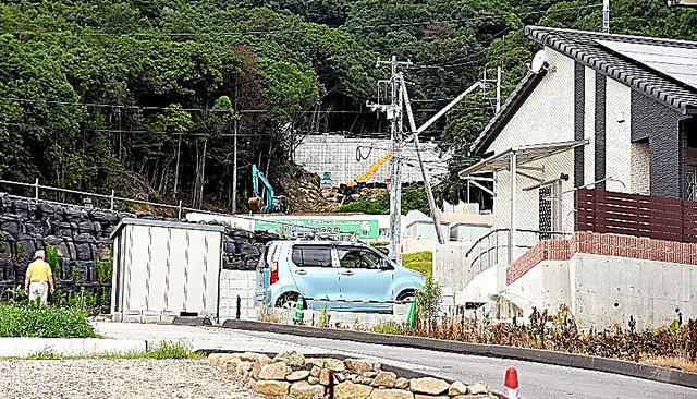 前河内さん宅の背後の斜面では、砂防ダムの建設が進む=15日、広島市安佐南区、加治隼人撮影