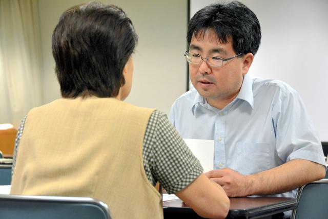 相談に訪れた市民(左)から話を聞くB型肝炎訴訟北海道弁護団の弁護士=旭川市
