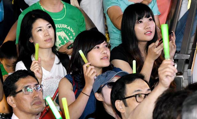 都知事選候補者の演説を聞く人たち=24日、東京都内、角野貴之撮影